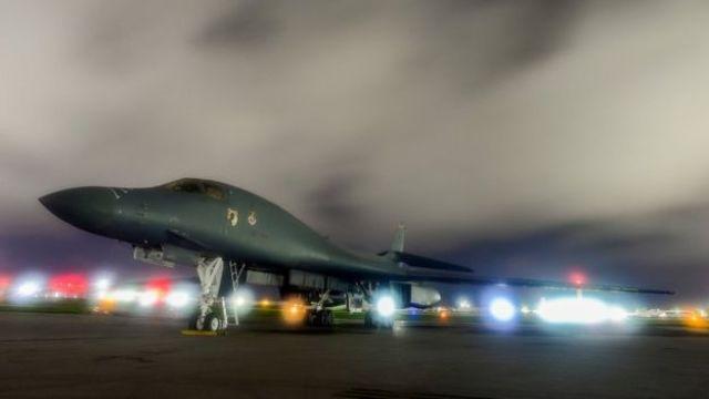 Un bombardero Air Force B-1B Lancer en la base aérea Andersen en Guam.