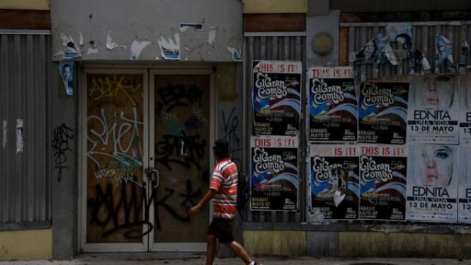 Un hombre camina en San Juan, Puerto Rico.