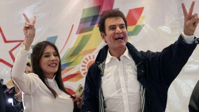 Salvador Nasralla celebra junto a su esposa Iroshka Elvir.