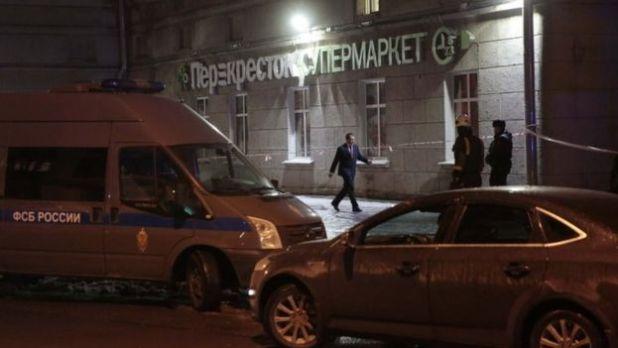 Vehículo del FSB (izquierda) cerca de un supermercado luego de una explosión en San Petersburgo, Rusia, en diciembre de 2017.