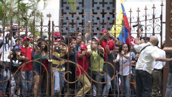 Momento en el que los manifestante superan la verja del palacio legislativo