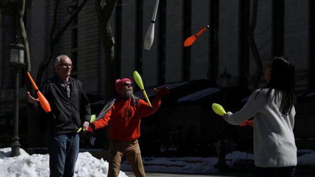 Pessoas fazem acrobacias em Nova York