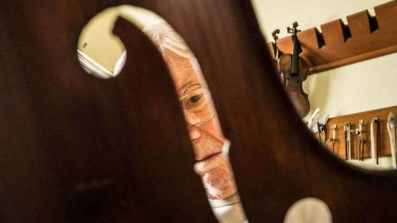 Luthier avaliando instrumento