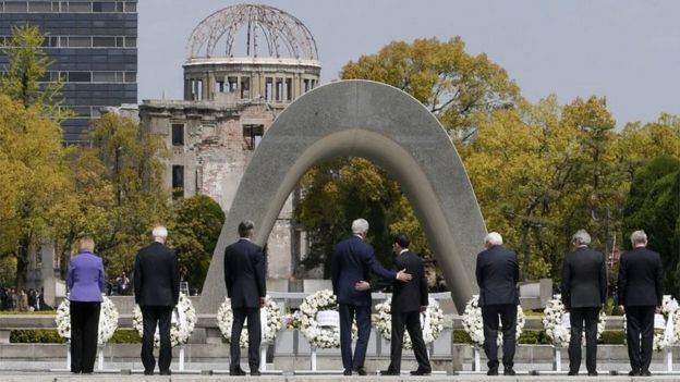 John Kerry and Fumoi Kishida (centre) with other G7 leaders at the Hiroshima memorial