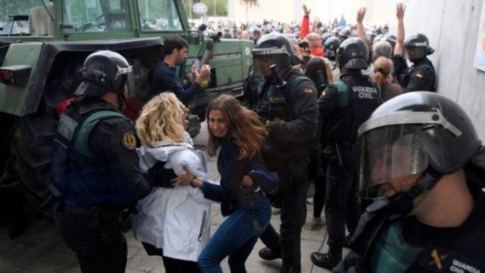 الشرطة الإسبانية تحاول منع الناخبين من الإدلاء بأصواتهم في أحد مراكز التصويت في كاتالونيا
