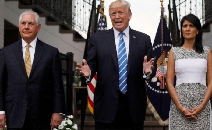 Трамп с Госсекретарем Тиллерсоном (слева) и послом США в ООН Никки Хейли