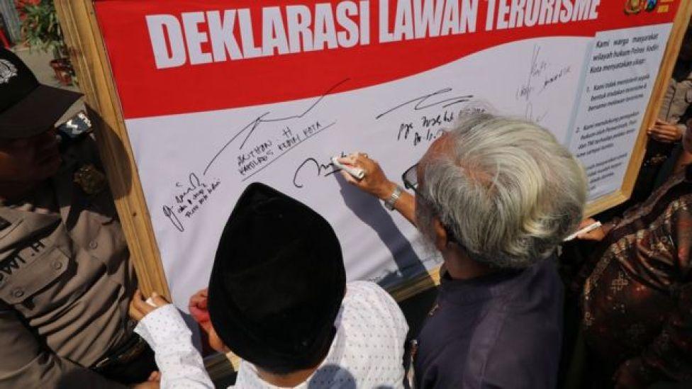 Sejumlah tokoh agama yang tergabung dalam Forum Kerukunan Umat Beragama (FKUB) membubuhkan tanda tangan saat Deklarasi lawan terorisme di Kota Kediri, Jawa Timur, Rabu (16/5).