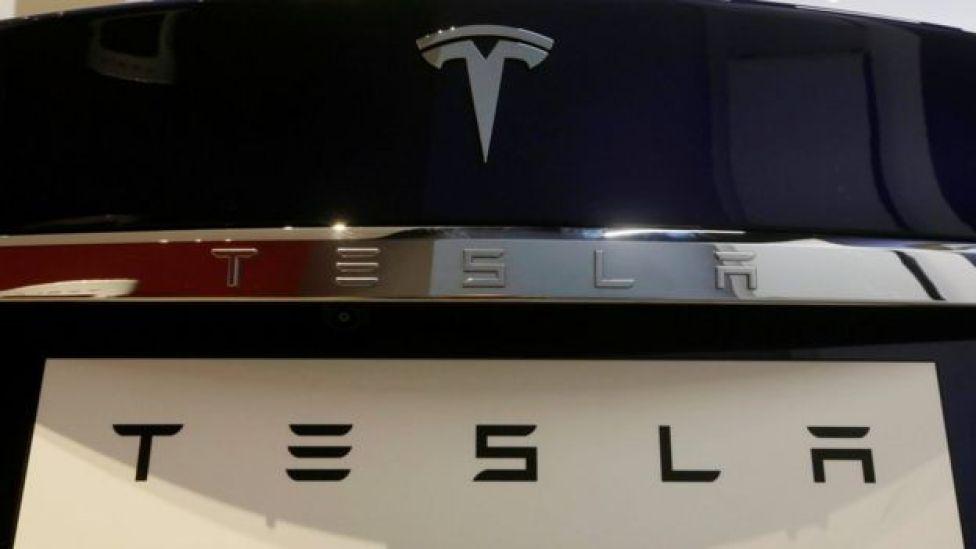 Logo de Tesla en la parte posterior de uno de sus vehículos.