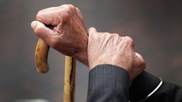 Anciano con bastón