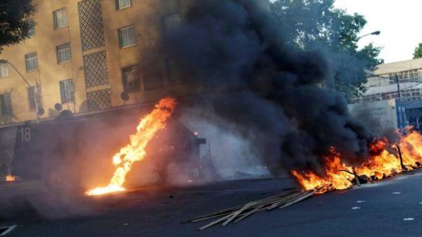 Vehículo policial en llamas