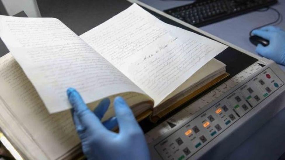 Digitalización del Libro de Oro (Foto: Secretaría Nacional de Cultura de Paraguay)