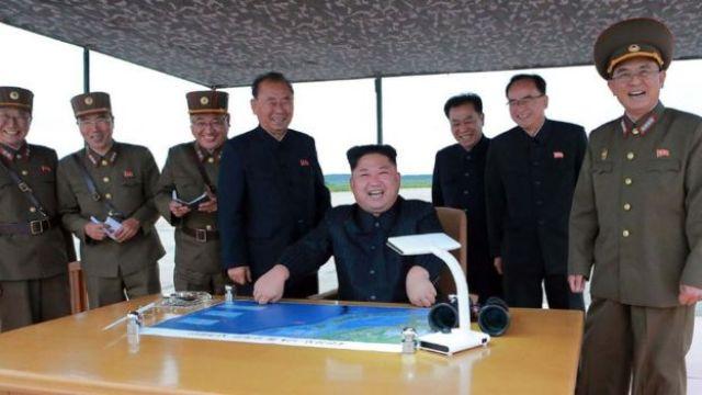 Kim Jong-un rodeado de su cúpula