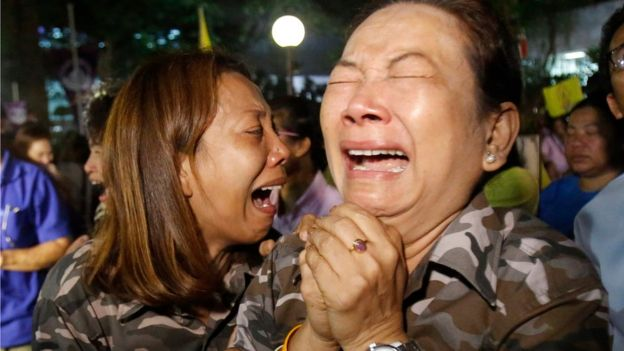 People cry after Royal Palace's announcement outside Siriraj Hospital where Thai King Bhumibol Adulyadej was being treated, in Bangkok, Thailand, Thursday, 13 October 2016.