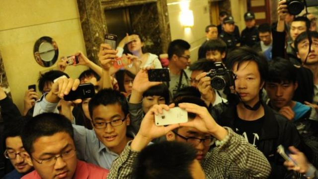 Fans of Sora Aoi hold up camera phones