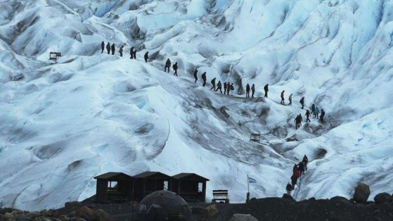 Turistas caminan por el glaciar Perito Moreno, en la Patagonia argentina.