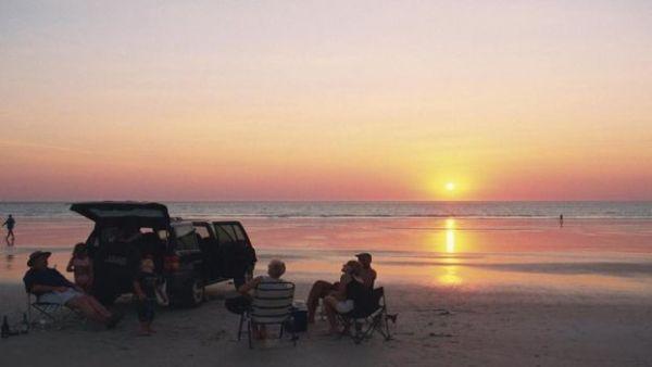 عائلة تجلس على أحد الشواطئ الأسترالية