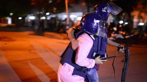 Dos policías de Bangladesh.