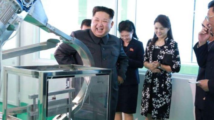 كيم يونغ أون وخلفه مجموعة من الأشخاص بينهم زوجته