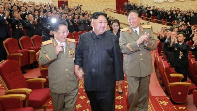 Ri Hong-sop (izq) y Hong Sung Mu (der) con King Jong-un.