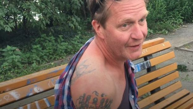 Hasselbach mostra tatuagens