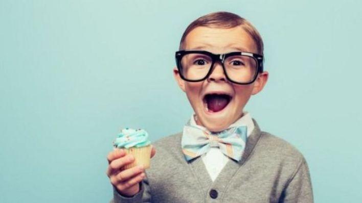 طفل يرتدي نظارة