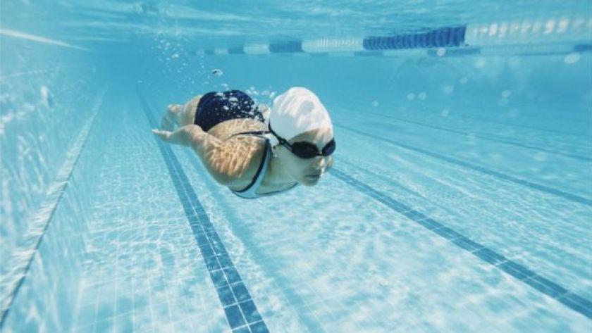 su altında yüzen kadın