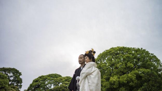 Pareja japonesa con trajes tradicionales