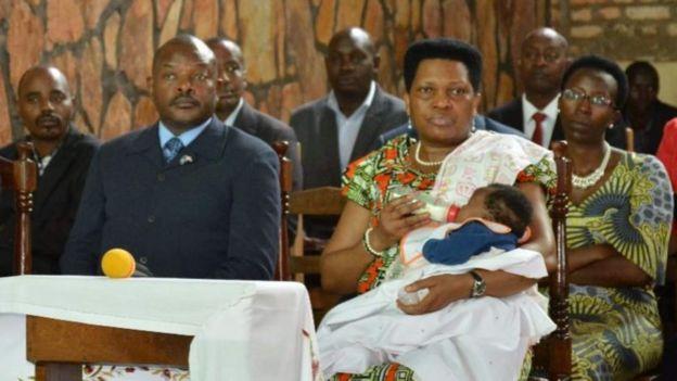 Madamu Denise Nkurunziza agaburira umwana