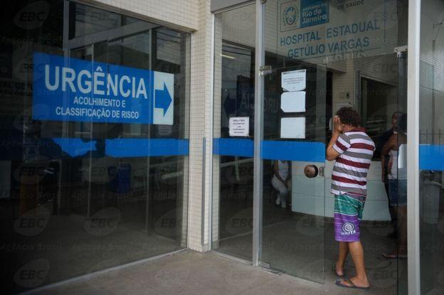 Homem aguarda em emergência de Hospital do Rio de Janeiro