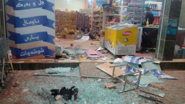 Una tienda dañada por los daños del terremoto en Halabja, Irak.