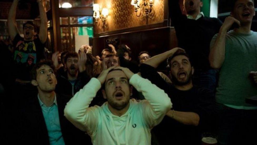 Público gritando en un bar