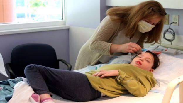 La doctora Hastings aplicando el tratamiento a una de las gemelas.