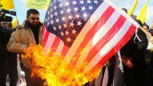 Homem queima bandeira americana