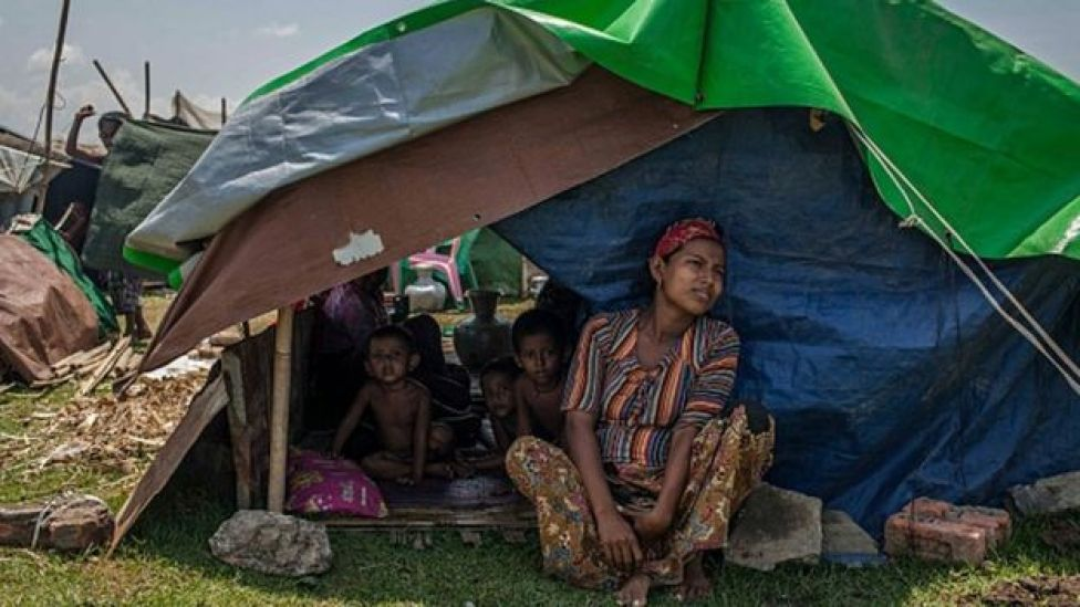 Haweenay Rohingya ah oo ula fadhida caruurteeda
