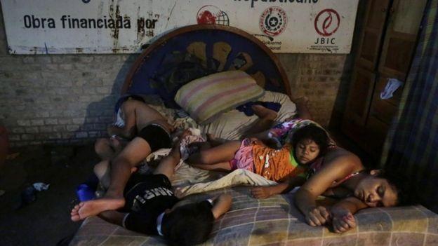 Paraguay inunda desplazado al refugio temporal