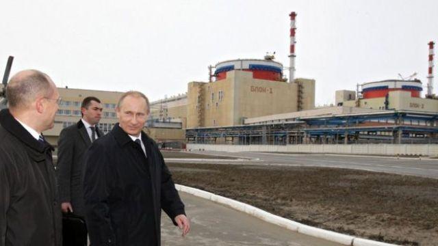 Putin frente a una central nucelar.