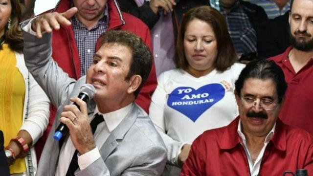 Salvador Nasralla (izq,) y Manuel Zelaya (der.) durante una rueda de prensa