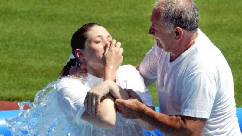 2003-cü il Yehovanın Şahidləri qrupunun üzvü suya çəkilir. 20 iyul 2003-cü il. Praqa