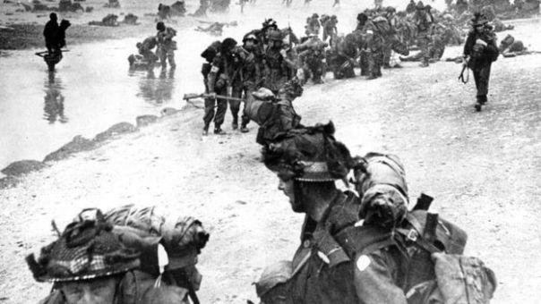 Soldados británicos desembarcan en Normandía en el Día D.