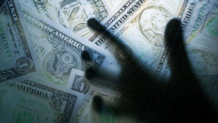 Mano detrás de billetes
