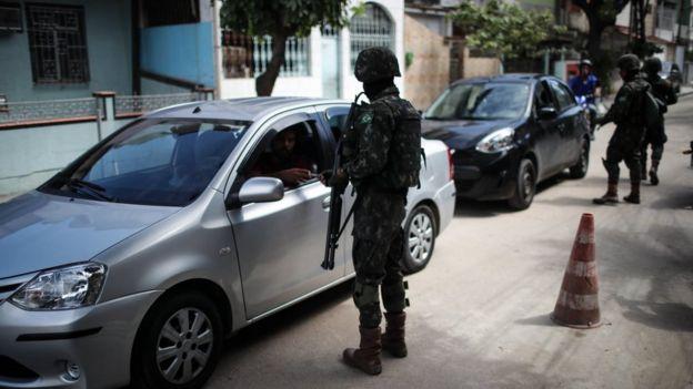 Militares fazem blitz na rua