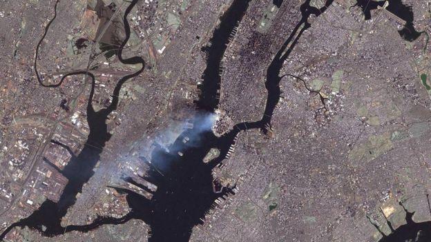 Esta imagen de Nueva York fue tomada desde el satélite Landsat 7 el 12 de septiembre de 2001, al día siguiente a los ataques. NASA