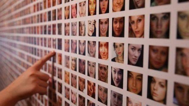 Muro con rostros de mujeres.