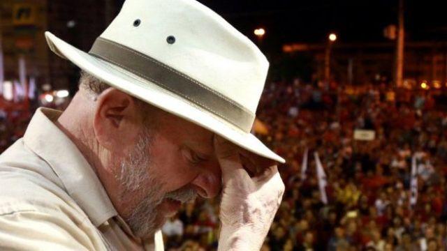 Fotografia de Lula diante de uma multidão.