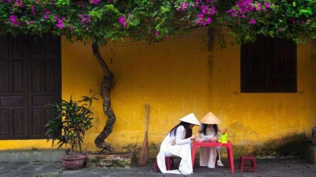 Do phần lớn người Việt không ăn sáng ở nhà nên bạn có thể thấy người dân ở đây ăn sáng ở các quầy ăn ở quanh cầu Nhật ở phố Nguyễn Thái Học và Trần Phú. Nếu dậy sớm bạn sẽ thấy các trẻ em ăn sáng trên đường đi học; các em gái, như trong ảnh, luôn mặc áo dài truyền thống.