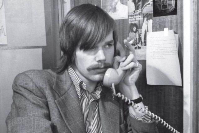 Mark Colvin hablando por teléfono circa 1976.