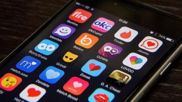 شاشة هاتف ذكي تظهر عددا من تطبيقات المحادثة