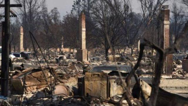 Một số khu ở Santa Rosa bị cháy trụi chỉ còn trơ các ống khói