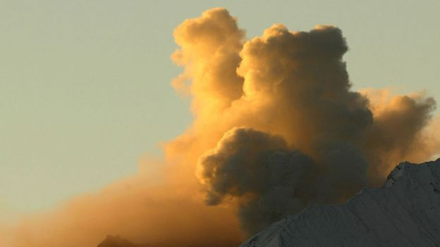 Volcán Monte Santa Helen despidiendo cenizas y humo en 2004.
