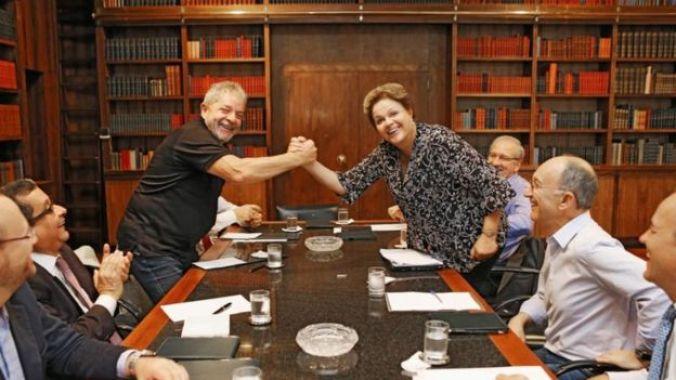 João Santana aparece ao lado de Lula e Dilma, que apertam as mãos